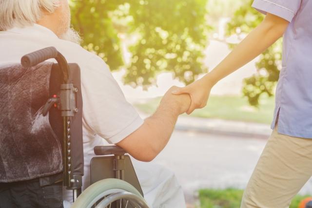 理学療法士が老人ホームや特養に勤めた場合の仕事内容や給料はどのくらい?